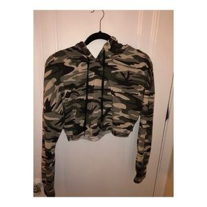 Cropped camo sweatshirt